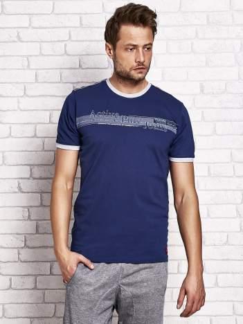 Ciemnoniebieski t-shirt męski z motywem tekstowym
