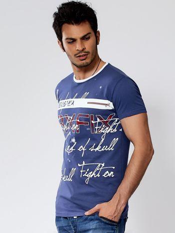 Ciemnoniebieski t-shirt męski z tekstowym nadrukiem