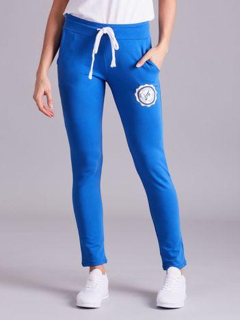 Ciemnoniebieskie damskie spodnie dresowe z troczkami