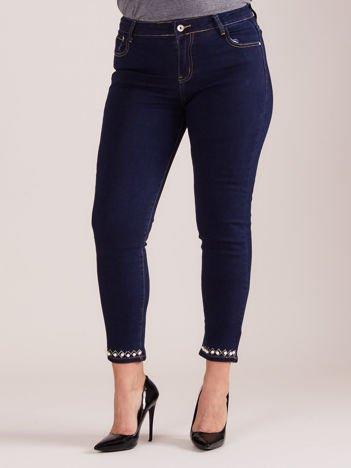 Ciemnoniebieskie jeansy z aplikacją PLUS SIZE