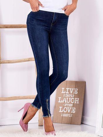 Ciemnoniebieskie jeansy z wysokim stanem z wystrzępionymi nogawkami