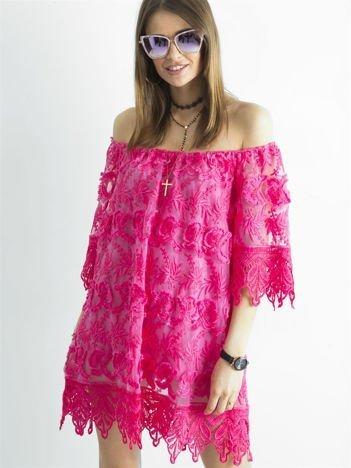 Ciemnoróżowa sukienka odsłaniająca ramiona