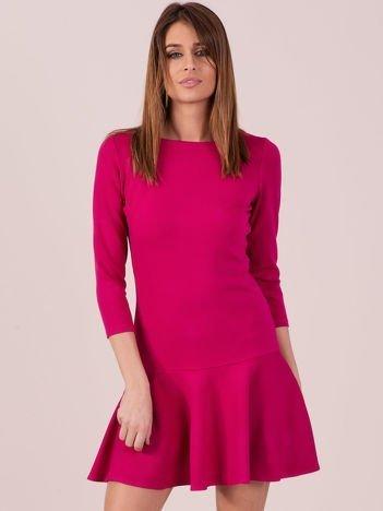 Ciemnoróżowa sukienka z ozdobną falbaną z tyłu