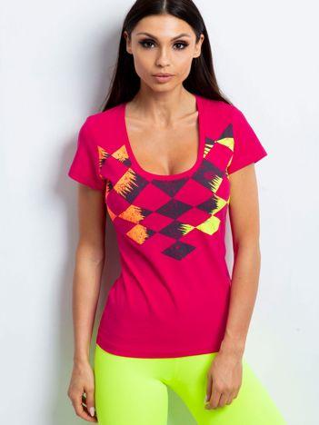 Ciemnoróżowy t-shirt z nadrukiem kolorowych rombów