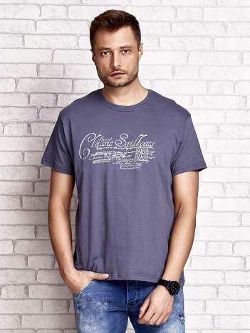 Ciemnoszary t-shirt męski z napisami i liczbą 83