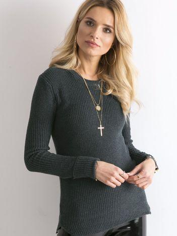 Ciemnozielony sweter z podwijanymi rękawami
