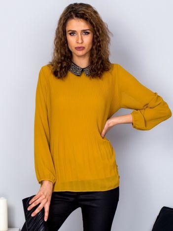 Ciemnożółta plisowana bluzka z biżuteryjnym kołnierzykiem