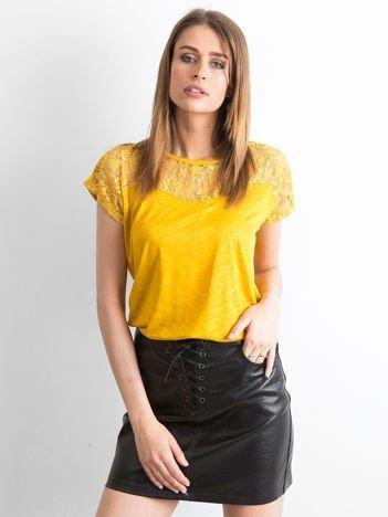 Ciemnożółty t-shirt z koronkowym dekoltem