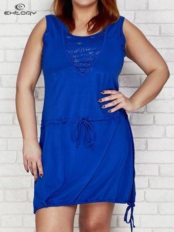 Ciemoniebieska sukienka sportowa z graficznymi wstawkami  PLUS SIZE
