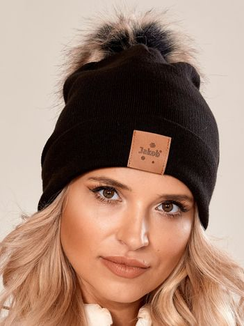 Czarna czapka z naszywką