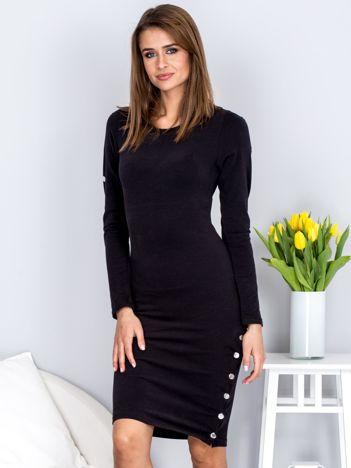 Czarna dopasowana sukienka z srebrnymi guzikami