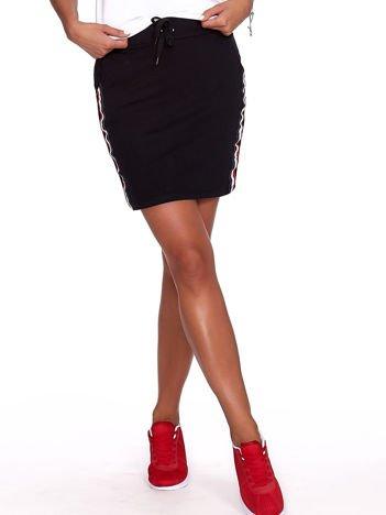 Czarna dresowa spódnica mini z kieszeniami i paskami