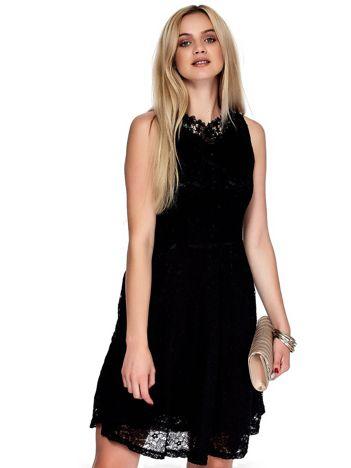 Czarna koronkowa sukienka z perełkami i ozdobnym dekoltem z tyłu