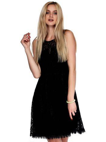 Czarna koronkowa sukienka z trójkątnym wycięciem na plecach