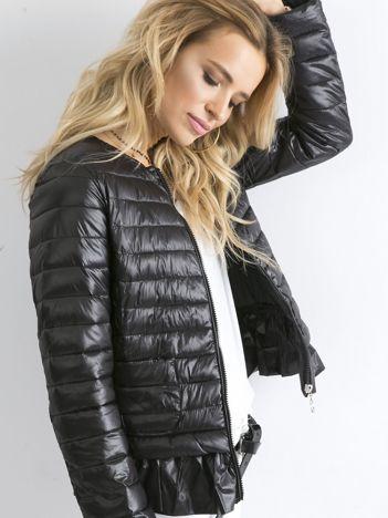 Czarna kurtka przejściowa z falbaną