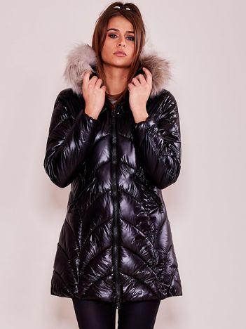 Czarna kurtka zimowa z kapturem i odpinanym futerkiem
