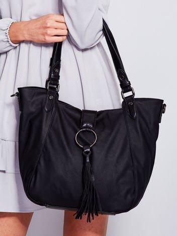 Czarna miękka torba z ozdobną klapką