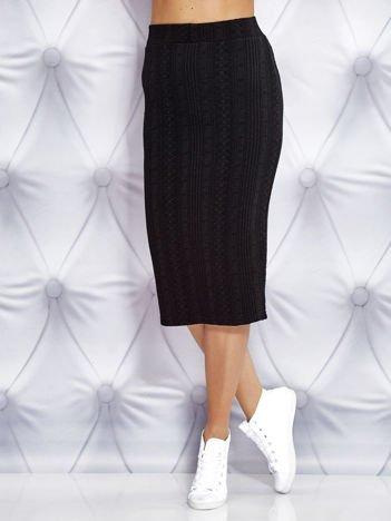 Czarna ołówkowa spódnica za kolano w drobne wzory