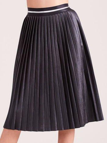 Czarna plisowana spódnica midi z eko skóry