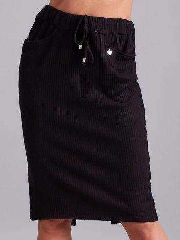 Czarna prążkowana spódnica z kieszeniami