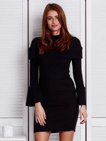Czarna prążkowana sukienka z rozszerzanymi rękawami