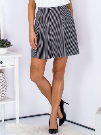Czarna rozkloszowana spódnica we wzór pasków