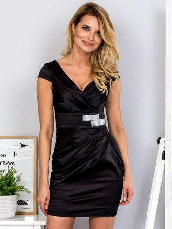 Czarna satynowa sukienka z błyszczącą aplikacją