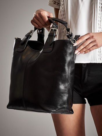 Czarna skórzana torba w miejskim stylu