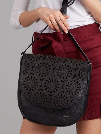 Czarna skórzana torba z ażurową klapką