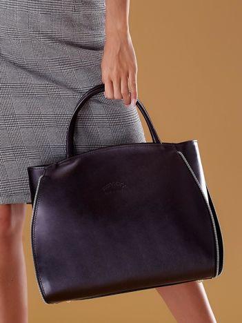 Czarna skórzana torba z ozdobnymi suwakami