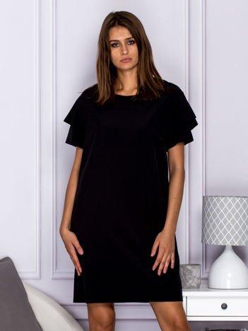 Czarna sukienka koktajlowa z falbanami na rękawach
