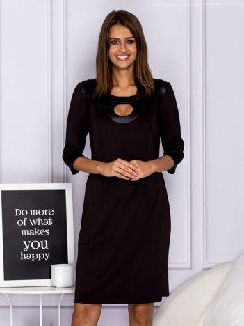 Czarna sukienka koktajlowa ze skórzaną kokardą