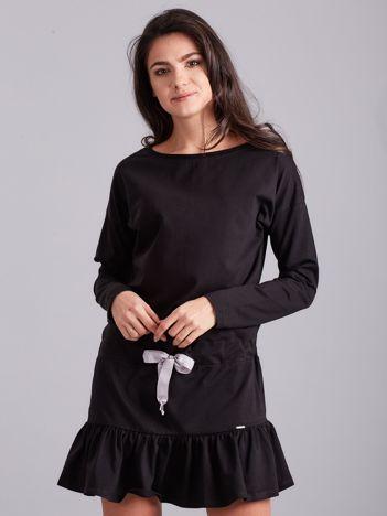 Czarna sukienka oversize z falbaną