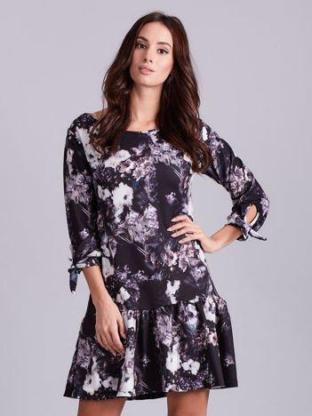 Czarna sukienka w kwiaty z wiązaniem na rękawach