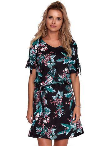 Czarna sukienka w roślinne wzory z paskiem