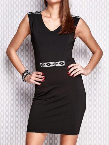 Czarna sukienka z biżuteryjnymi aplikacjami