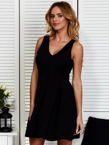 Czarna sukienka z dekoltem V-neck