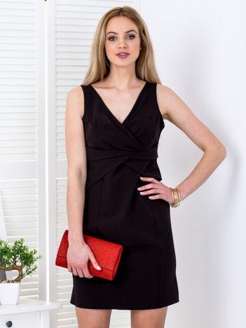 Czarna sukienka z drapowaniami przy dekolcie