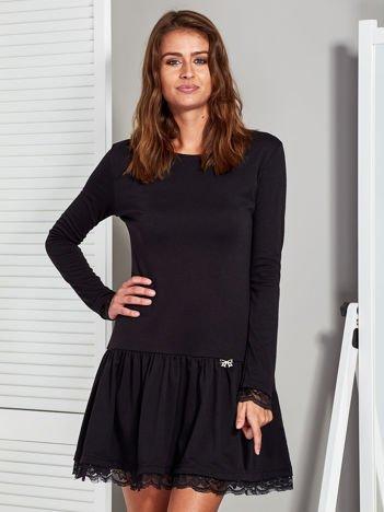Czarna sukienka z falbaną i kokardką