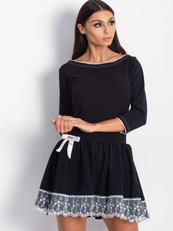 Czarna sukienka z kokardką i szeroką falbaną