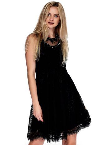 Czarna sukienka z koronki z perełkami