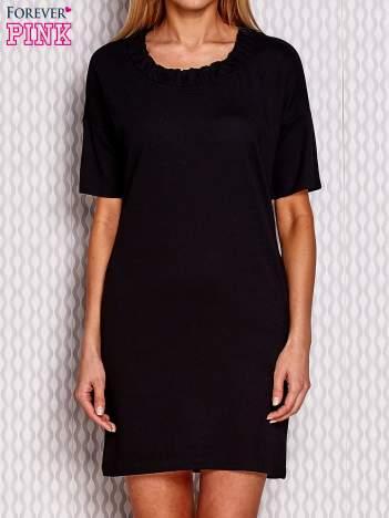 Czarna sukienka z marszczeniem przy dekolcie