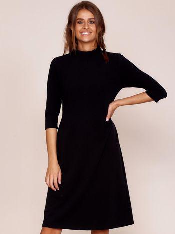 Czarna sukienka z półgolfem