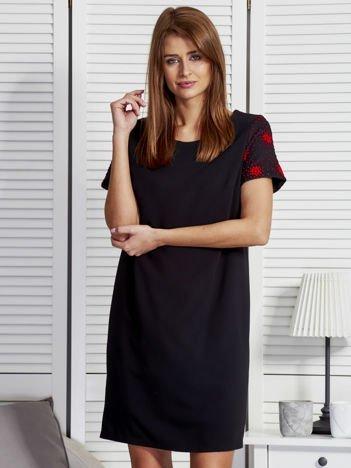 Czarna sukienka z rękawami w kolorowe kropki