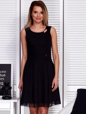 Czarna sukienka z siateczkowym wykończeniem