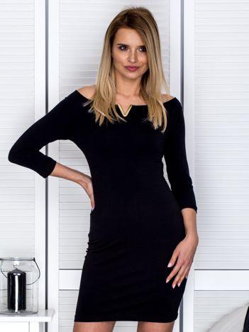 Czarna sukienka z trójkątnym wycięciem
