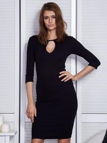 Czarna sukienka z wycięciem łezką