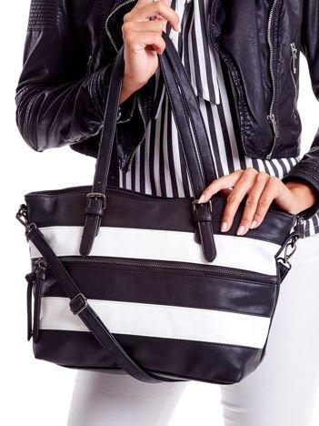 Czarna torba w białe paski