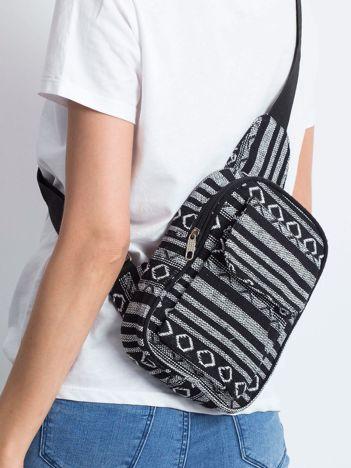 Czarna torba we wzory