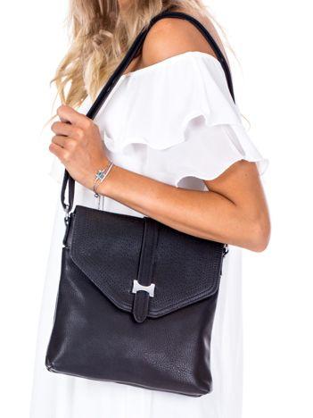 Czarna torba z ażurową klapką